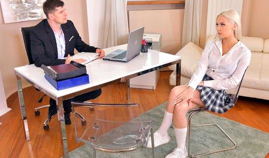 Блондинка задрала свою юбочку прямо в офисе и трахнулась с парнем