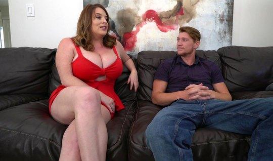 Толстая мамка спустила красное платье для секса с молодым пасынком