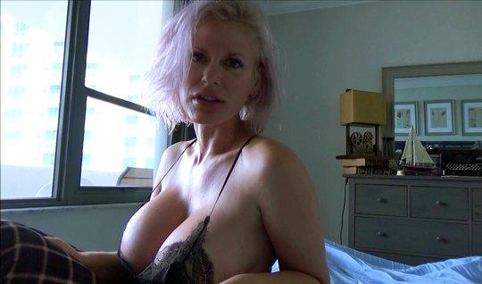 Зрелая мамка с большими сиськами обожает съемки секса крупным планом