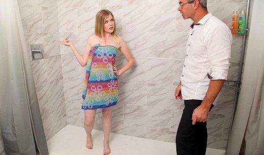 Молодая девушка после минета отчиму прыгает на его члене и кончает
