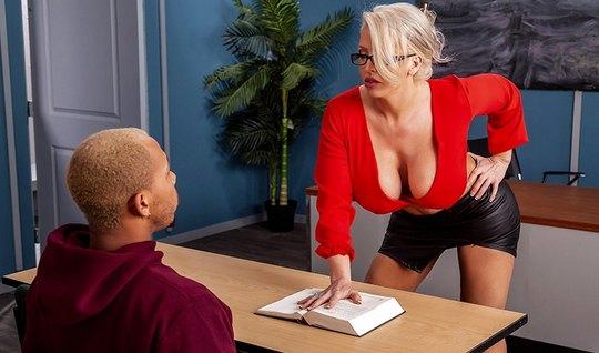 Мамка с большими сиськами соблазняет негра студента на секс в классе
