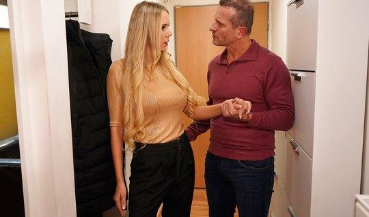 Блондинка с большими сиськами кончает во время порки с очередным поклонником