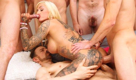 Блондинка с тату кончает во время группового анала с двойным проникновением
