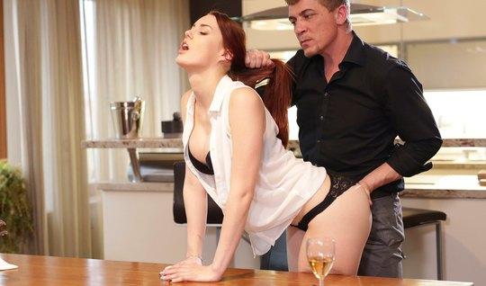 Рыжая девушка после ужина кончает во время страстного траха с мужчиной