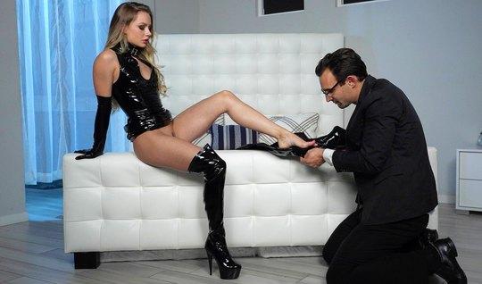 Девушка в латексе доминирует над рабом и получает удовольствие