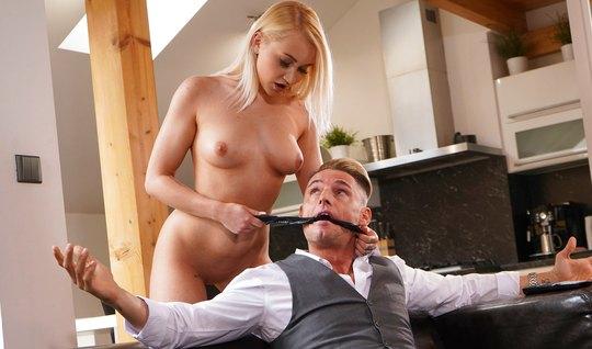 Блондинка с упругими сиськами доминирует над мужчиной и трахается с ним