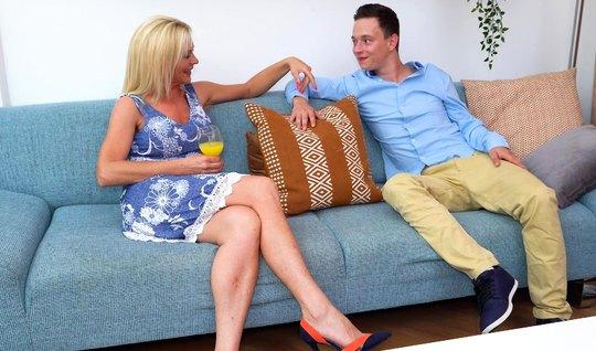 Зрелая блондинка насаживается мокрой дырочкой на член молодого парня