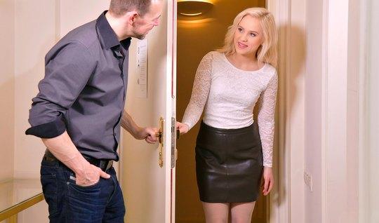 Русская блондинка обожает секс и трахается со своим любовником на диване