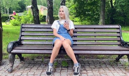 Русская девушка прямо на публике прыгает пилоткой на члене парня