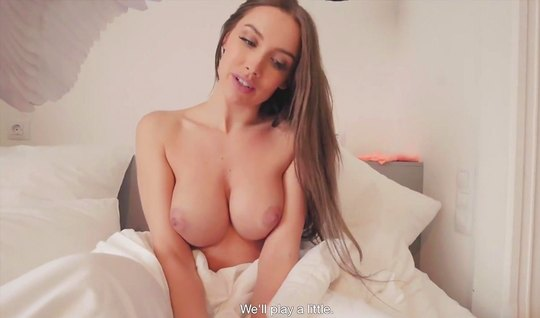 Early morning girlfriend pampered her lover with home blowjob