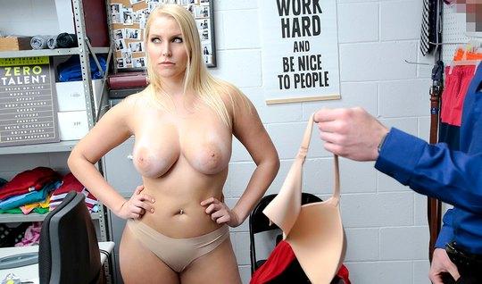 Охранник в офисе заставил зрелую милфу снять красное платье и дать раком на столе