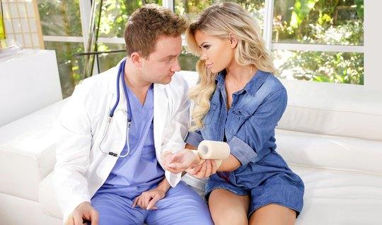 Доктор снял трусики с блондинки и трахнул, лапая большие сиськи руками