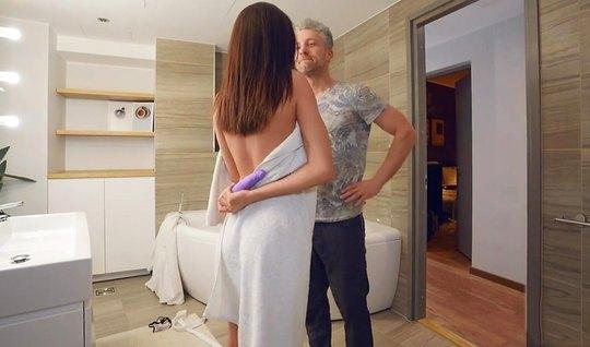 Седой бизнесмен трахается с премиум брюнеткой в ванне и сливает на нее семя