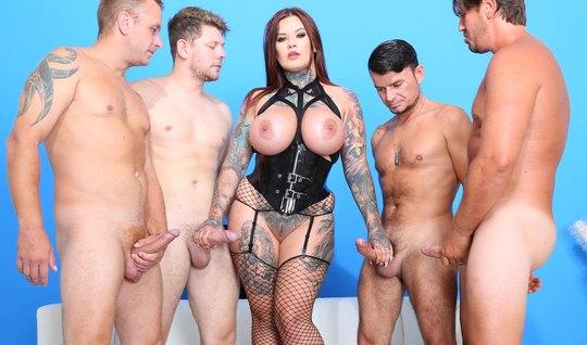 Татуированная девица в чулках трахается с четырьмя любовниками и глотает много кончи