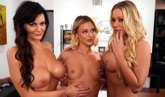 Три лесбиянки в офисе весь обед тратят на оральный групповой секс и кончают
