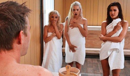Три сексуальные бисексуалки устроили жесткий групповой трах в сауне с банщиком