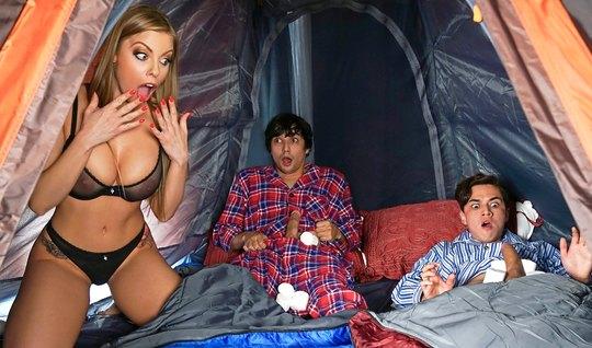 Мамка и два парня снимают в палатке групповое порно с оргазмом