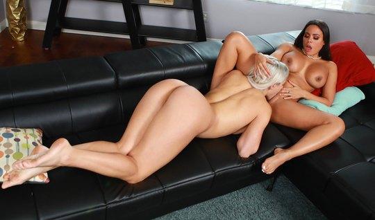 Лесбиянки на диване вылизывают друг другу сочные щелочки и доводят себя до оргазма