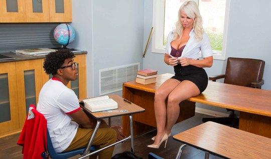 Негр студент прогнула в позу мамку и трахнул ее прямо на столе