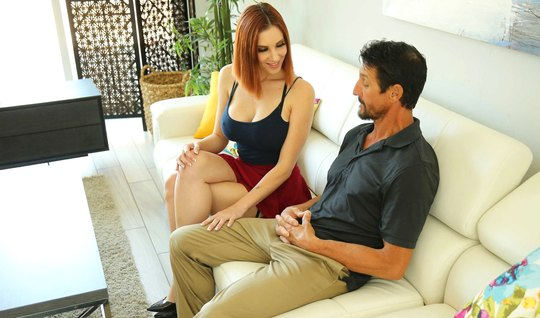 Рыжая девушка с длинными ногами и большими сиськами кончает от секса