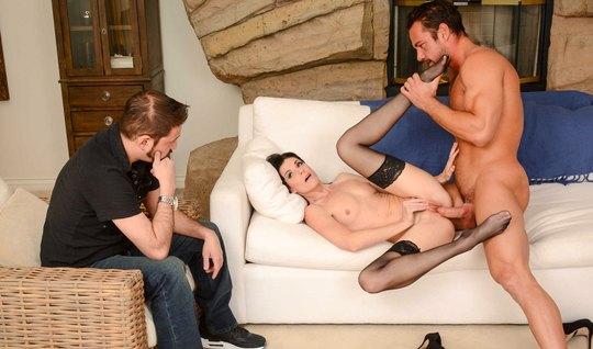 Жена изменяет мужу в чулках с мускулистым коллегой и кончает на его палке