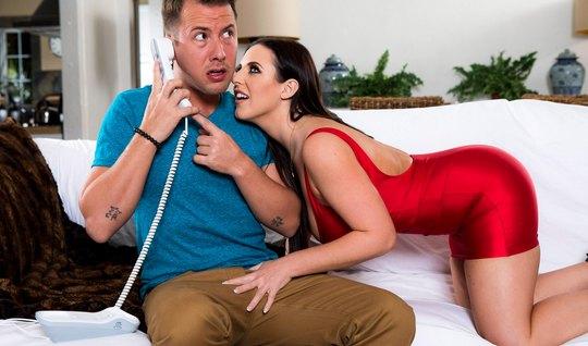 Премиум девка в красном платье отсасывает горлом гигантский член женатика