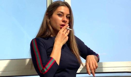 Русская красотка курит в домашней обстановке и двигается щелкой по стояку приятеля