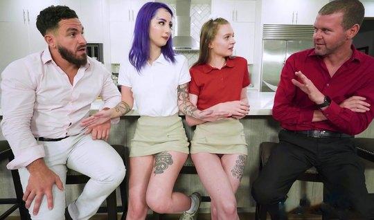 Зрелые татуированные мужики поменялись молодыми сосками и кончили от групповухи
