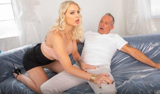 Милфа-блондинка отсасывает седому мужику на тайном свидании внушительный пенис