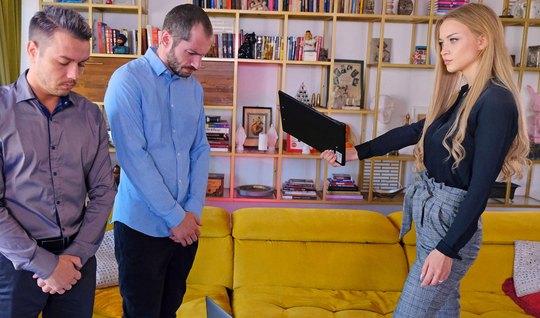 Блондинка на желтом диване хочет двойное проникновение от подчиненных