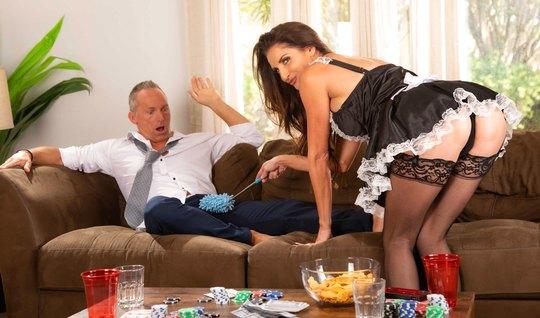 Домохозяйка в чулках соблазняет зрелого хозяина красивой попкой и сиськами