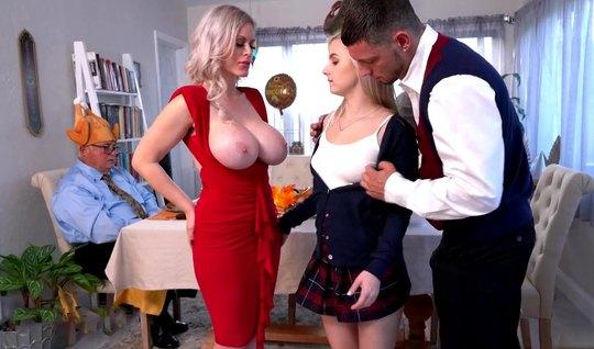 Мамаша с дочкой отсасывают молодому любовнику на День Благодарения огромный пенис
