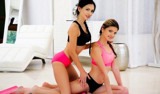 Лесбиянки нежно кушают с утра розовые писечки и текут в глотки вагинальным соком