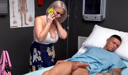 Зрелая мамка ласкает в палате бритый член пациента и хочет в себя его кончи