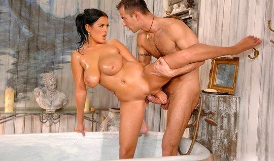 Солдат мнет милфе большие сиськи в ванной и жестко загоняет хер в щелочку