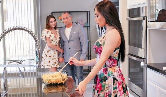 Женатик на лестнице мнет служанке большие сиськи и трахает, пока жена занята готовкой ужина