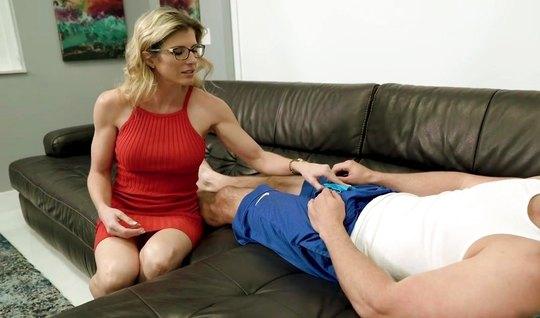Мамка в красном платье и очках присосалась к длинной палке теннисиста на диване