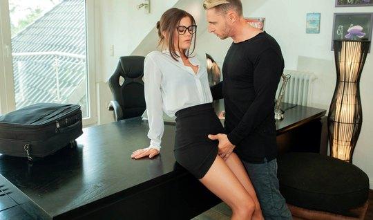 В офисе премиум начальница готова задрать юбку и трахнуться с молодым коллегой