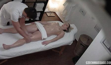 Чешский парень отодрал стройную клиентку во время массажа