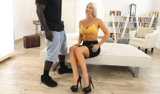Пышная блондинка очень любит анальное порно от черного друга с большим пенисом