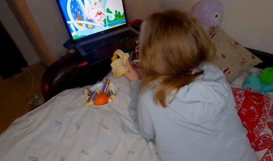 Молодая русская парочка в спальне снимают домашнее порно