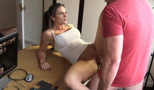 Домашнее порно одной девушки и парня на компьютерном столе завершается оргазмом