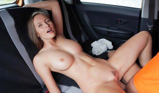 В машине девушка трахается с инструктором, чтобы получить права очень быстро