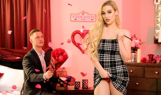 Мужик утешает молодую блондинку с большими сиськами горячим сексом в разных позах