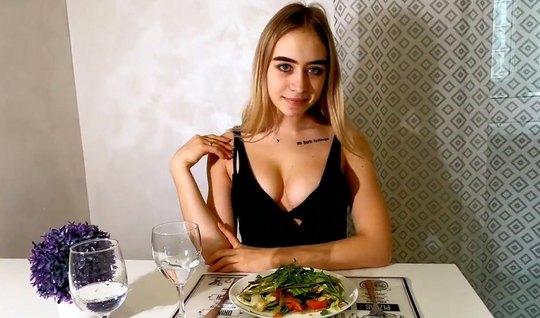 Русская девушка в чулках от первого лица подставляет киску для домашнего порно