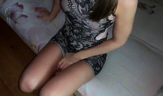 امرأة سمراء في وضع من السرطان تحل محل الشقوق المثيرة لتصوير مواد إباحية محلية الصنع