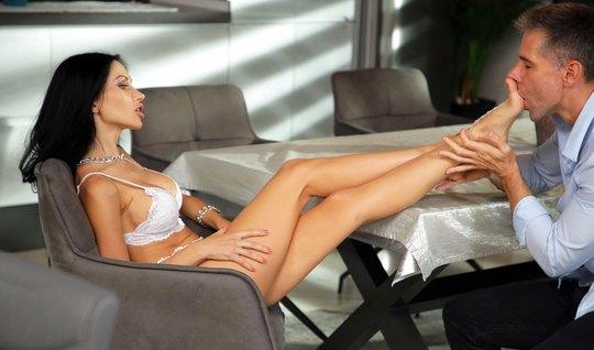 Русская брюнетка и ее парень после прелюдии занялись горячим сексом в разных позах