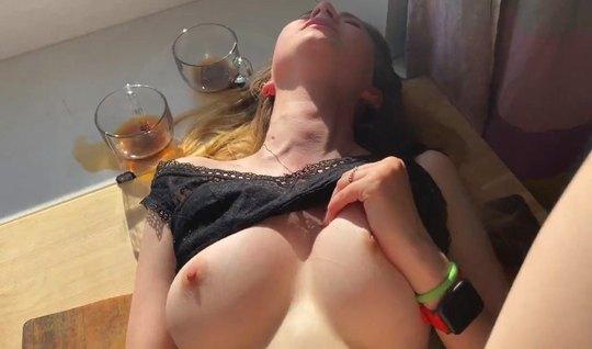 Русская красотка во время домашнего порно получила нереальное количество оргазмов