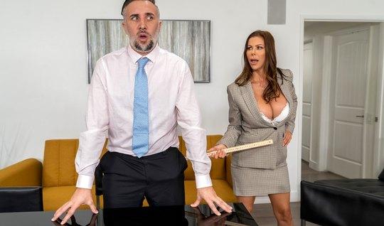 Мамка с большими сиськами в офисе решила потрахаться и кончить от крепкого пениса