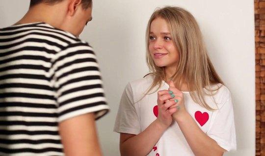 Русская молодая красотка раскидывает ноги в разные стороны и кончает от порки